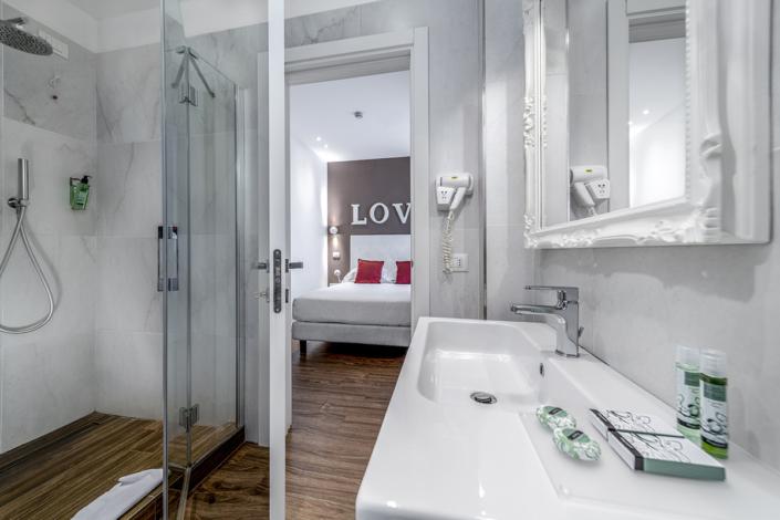fotografia interni bagno camera Riccione Andrea Tosi Rimini fotografo hotel romagna marche pesaro