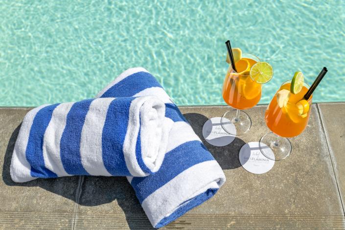 aperitivo bordo piscina hotel