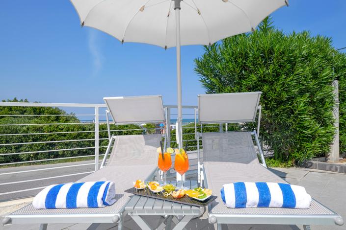 aperitivo in piscina hotel al mare estate